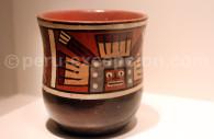 Vase huari peint d'une idole stylisée, Museo MAP Cuzco