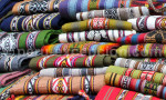 Piles de tissus colorés au marché de Lima