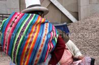 Tissu péruvien porté en écharpe