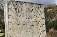 Monument de pierre orné de bas-reliefs