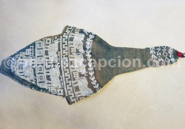 Bonnet brodé de motifs géométriques en perles