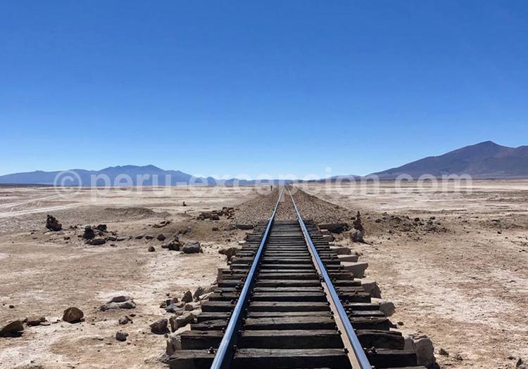 Voie ferrée, salar de Chinguana, Lipez, Bolivie avec Perú Excepción